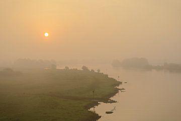 Sonnenaufgang über der IJssel an einem nebligen Morgen von Sjoerd van der Wal