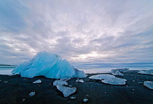 IJs op een zwarte strand van IJsland