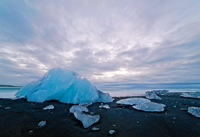 IJs op een zwarte strand van Jökulsárlón IJsland van Anton de Zeeuw