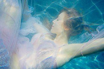 LP 71154710 Frau unter Wasser mit Kleid von BeeldigBeeld Food & Lifestyle