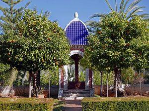Koepel met blauw dak in de botanische tuin van Albarda in Pedreguer
