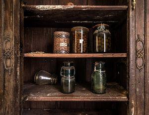 Glazen potten in de voorraadkast van