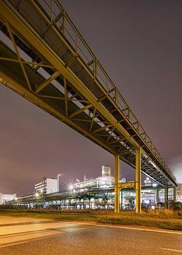 Pipeline viaduct tegen een gladde paarse hemel van Tony Vingerhoets