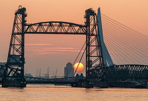 Zonsondergang bij de Hef in Rotterdam van Ilya Korzelius