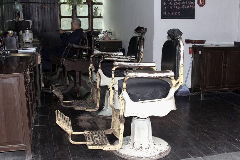 Retro Vintage Friseursalon, China von Inge Hogenbijl