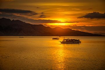 zonsondergang met boot van peter verreussel