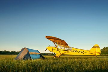 Piper Super Cub vliegtuig met tent in weiland van Planeblogger