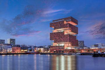 Musée MAS contre le ciel étonnant au crépuscule, Anvers sur Tony Vingerhoets