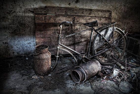 Een oude fiets op een verlaten zolder