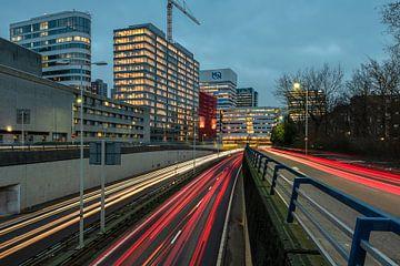 Utrechtse Baan in Den Haag bij avond van Rob IJsselstein