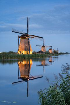 Beleuchtete Windmühlen in Kinderdijk bei Rotterdam von Michael Valjak