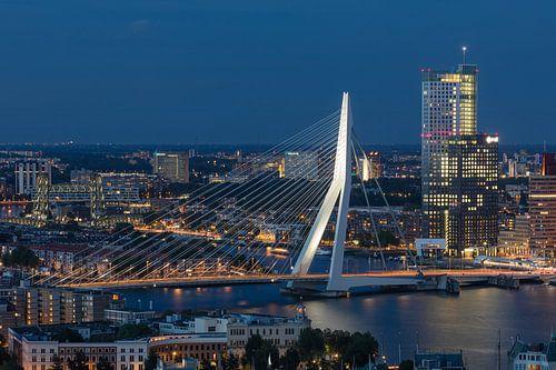 De Erasmusbrug en Maastoren in Rotterdam tijdens het blauwe uurtje