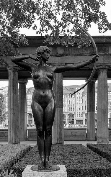 Naakt met pijl en boog van Foto Amsterdam / Peter Bartelings