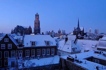 Het besneeuwde centrum van Utrecht in de ochtend met de Domkerk en Domtoren von Donker Utrecht