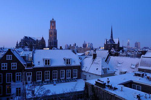 Het besneeuwde centrum van Utrecht in de ochtend met de Domkerk en Domtoren