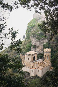 Schloss auf Berggipfel von Perry Wiertz