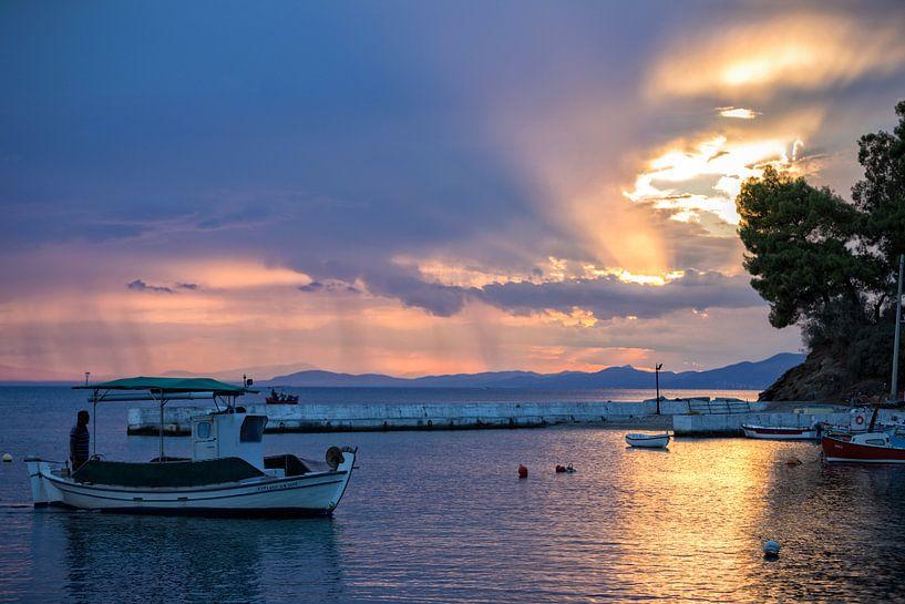 Zon & regen tijdens zonsondergang van Miranda van Hulst