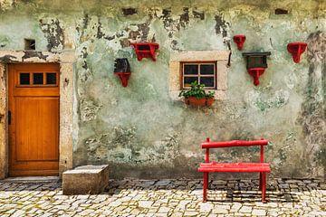 Rote Bank vor grünem Haus von Gunter Kirsch