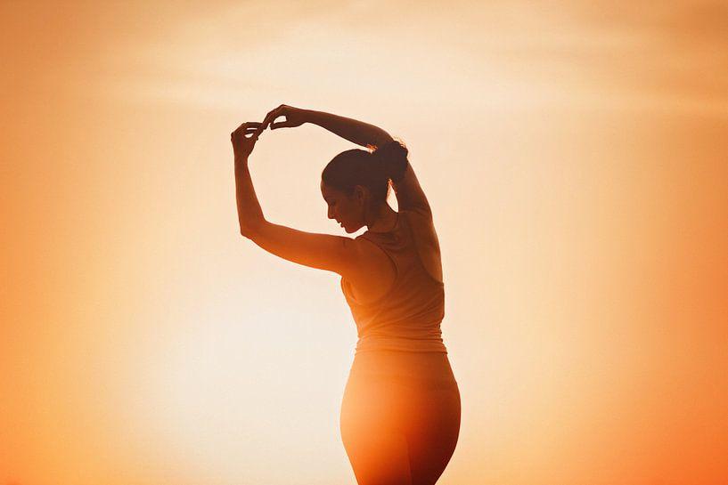 Yoga tijdens zonsondergang van Mijke Bressers