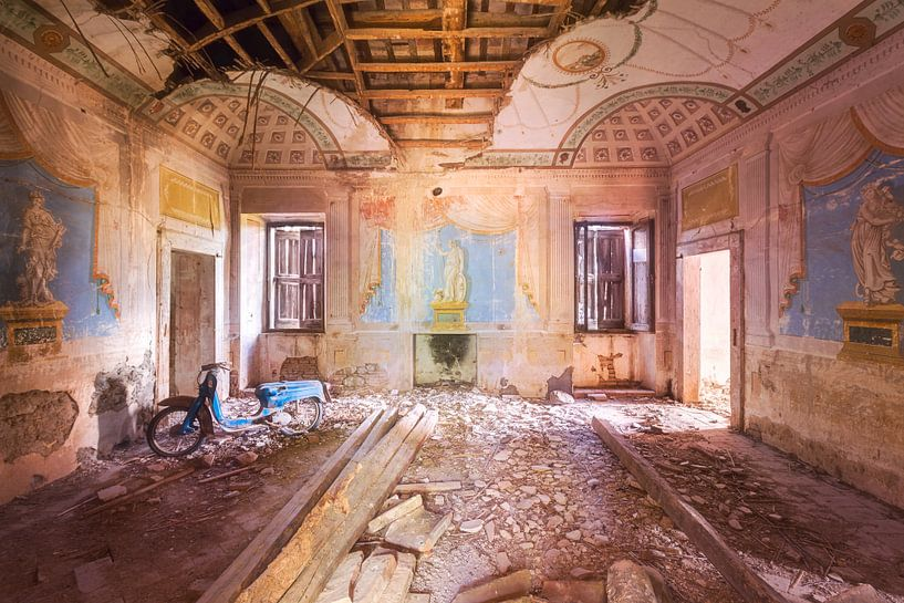 Oude Blauwe Vespa. van Roman Robroek