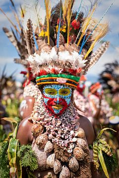 Vrouw van lokale stam in Papua New Guinea   Portretfotografie fotografie portret vrouw kleur art van Milene van Arendonk