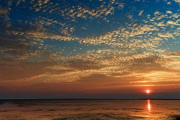 Zonsopkomst over De Waddenzee vanuit Friesland van Dirk-Jan Steehouwer