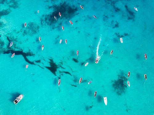 Clear ocean with boats van Martijn Kort