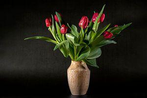Stilleven met rode tulpen van Hanneke Luit