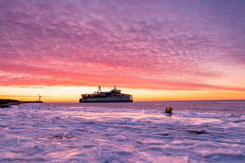 De 1e boot vertrekt onder een geweldige gekleurde lucht van Marjolein van Roosmalen