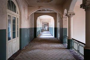 Verlassener geisterhafter Korridor. von Roman Robroek