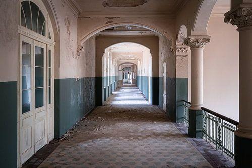 Verlassener geisterhafter Korridor.