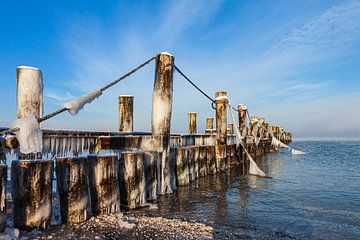 Buhne an der Ostseeküste bei Zingst auf dem Fischland-Darß im Winter von Rico Ködder