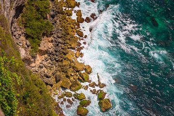 Golven die op de kust van Nusa Penida kapotslaan - Indonesie van Michiel Ton