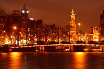 Amsterdam bij nacht met de Munttoren van Nisangha Masselink