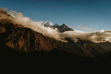 Bergtoppen omsingeld door wolken