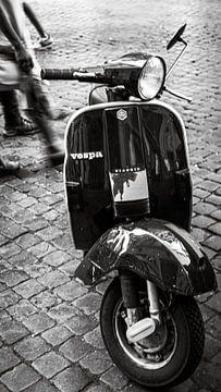 Vespa in Rome van Olivier Lachampt