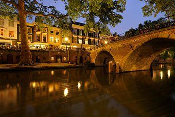 Oudegracht in Utrecht met Weesbrug sur Donker Utrecht