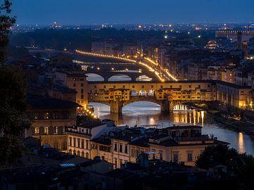 Nachtelijke skyline van Florence met de beroemde Ponte Vecchio van Roelof Nijholt