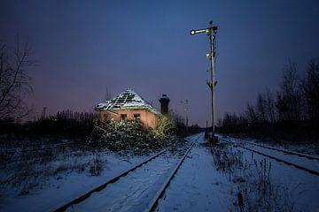 Verlassenes Stellwerk auf einem trostlosen Rangierbahnhof von Thomas Boelaars