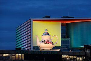 Theepot op de traverse van Hoog Catharijne in Utrecht met op de achtergrond het verlichte TivoliV