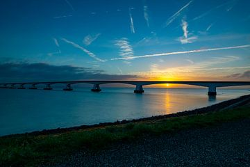 Sonnenaufgang an der Zeelandbrug-Brücke von Twan Aarts