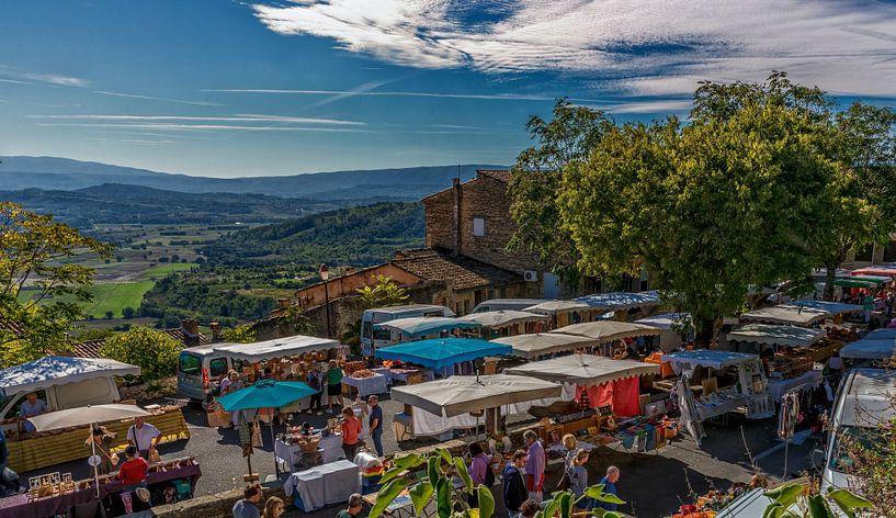 Markt in Gordes Provence Frankrijk van Jacques Jullens