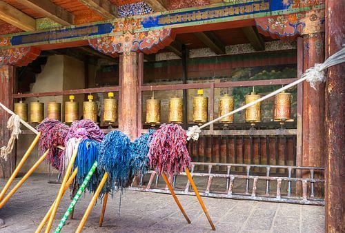 Bid en werk, binnenplaats van een  klooster in Tibet
