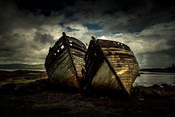 Oude vervallen bootjes langs de kust van Schotland