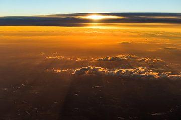 Zonsondergang boven de wolken van Denis Feiner