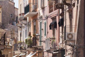Alte Hausfassaden, Hauptstraße Corso Umberto,, Taormina, Provinz Messina, Sizilien, Italien, Europa,