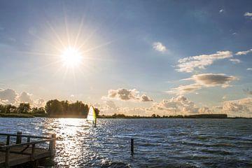 Windsurfer bij zonsondergang von Kim de Been