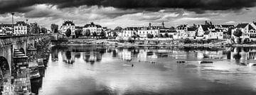 Panorama Huizen en Brug aan de oevers van de Loire in Saumur in Frankrijk in zwart-wit van Dieter Walther