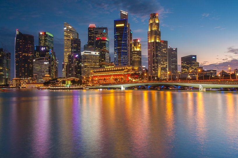 Singapore skyline in the blue hour van Ilya Korzelius