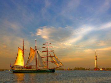 Zeilschip in strijklicht Markermeer van Juul Baars